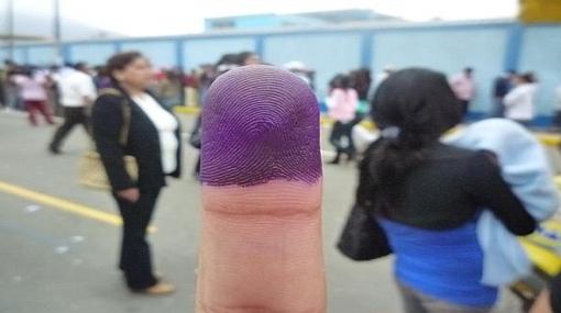 Dedos morados: votantes muestran sus fotos vía Twitter