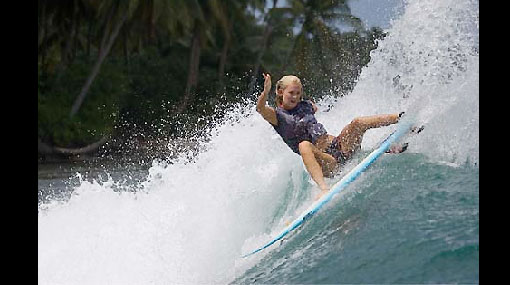 Surfista a la que un tiburón le arrancó un brazo competirá en la máxima categoría del surf