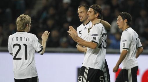 De la mano de Podolski: Alemania goleó 3-0 a Kazajistán