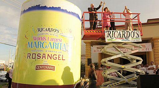 Por una buena causa: restaurante mexicano preparó el margarita rosado más grande del mundo