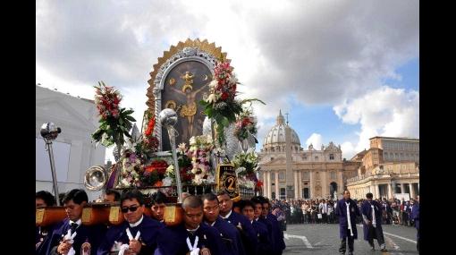 El Papa Benedicto XVI bendijo imagen del Señor de los Milagros en la Plaza de San Pedro