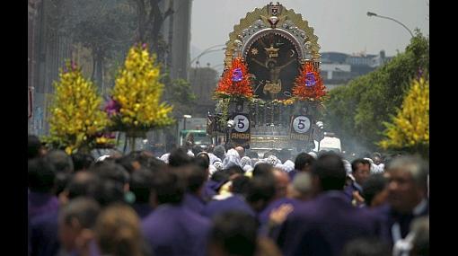 La procesión del Señor de los Milagros continúa por la Av. Alfonso Ugarte