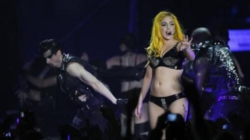 Lady Gaga esta vez se presentó semidesnuda en Irlanda