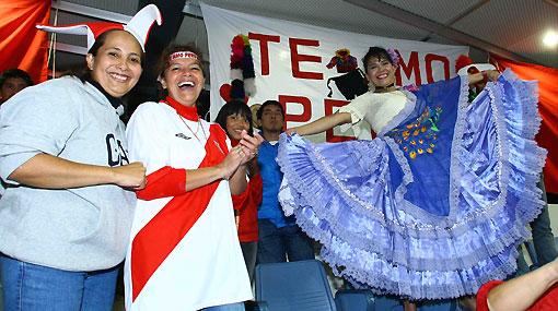 """FOTOS: los aficionados peruanos """"llevan la pasión sudamericana"""" al Mundial de Vóley"""