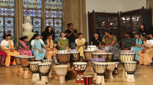 Michelle Obama cantó y bailó al estilo de Bollywood para niños pobres de la India