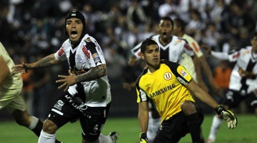 Alianza Lima y Universitario igualaron 2-2 en un clásico jugado con pierna fuerte
