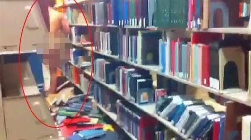 En EE.UU. detuvieron a un universitario por caminar desnudo en la biblioteca