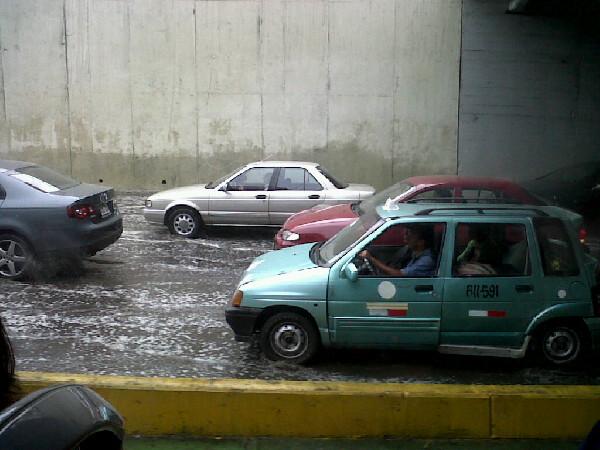 Aguas servidas en la Vía Expresa producen congestión vehicular