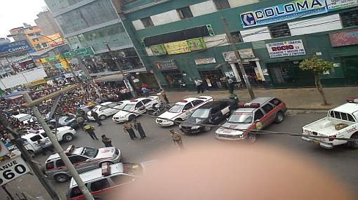 Testigos muestran fotos de la toma de rehenes en un banco en Gamarra