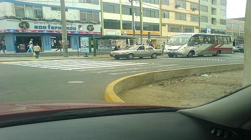 Estos son algunos obstáculos que deben evadir los transeúntes en Lima
