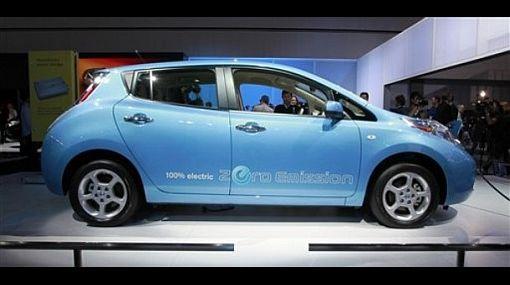 Un estadounidense recibió el primer auto eléctrico Nissan Leaf