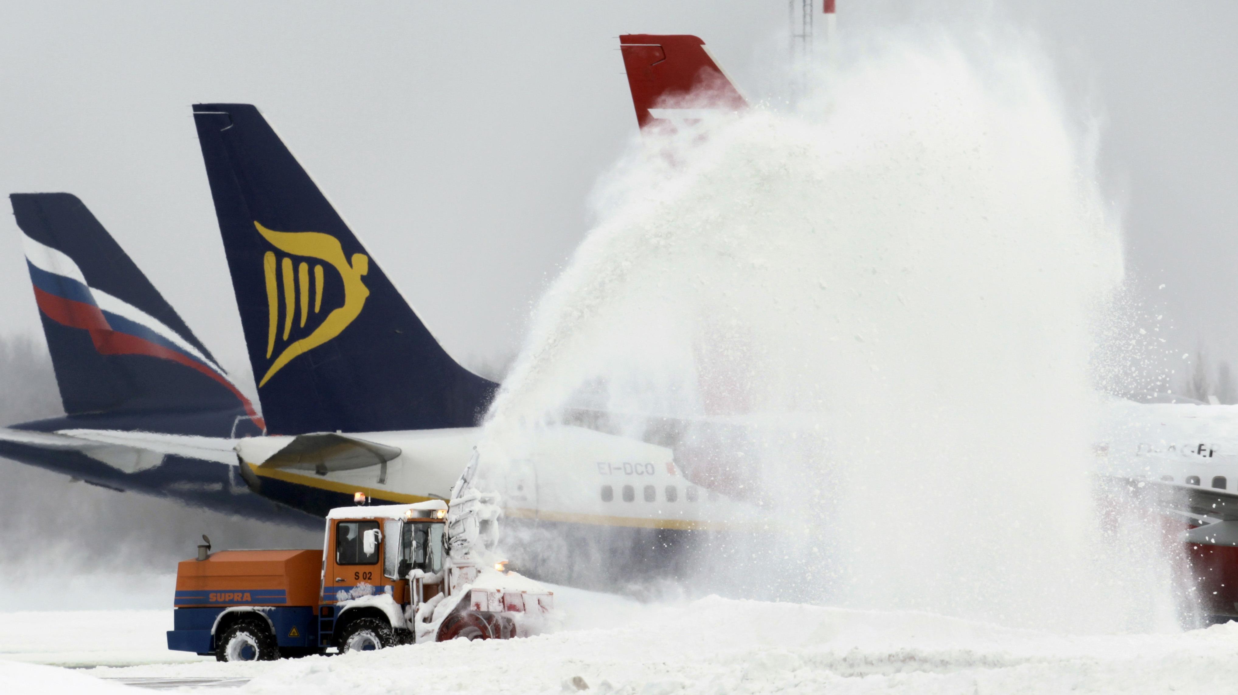 FOTOS: intensas nevadas vuelven a generar caos en aeropuertos y carreteras de Europa