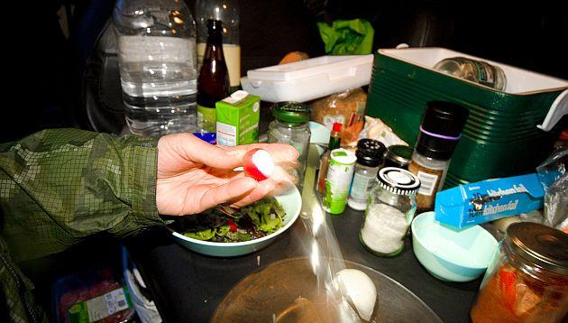 Los alimentos que no debe dejar de llevar cuando sale de campamento