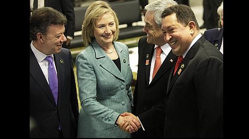 Chávez y Hillary Clinton se estrecharon la mano en medio de tensiones diplomáticas