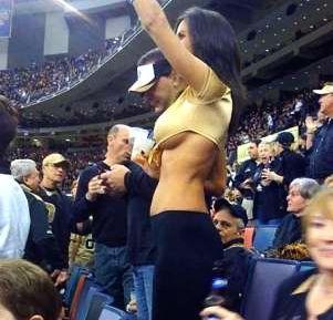 Bella y anónima: los hinchas de fútbol americano buscan a esta escultural chica