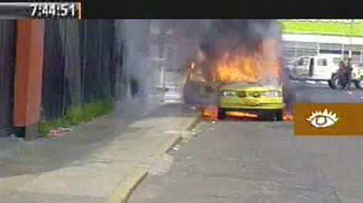 VIDEO: el momento en el que el carro de un conductor estalló y este se salvó de morir