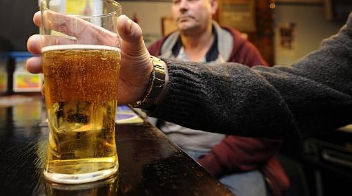 Barcelona prohibió rutas organizadas de turismo de bares desde julio