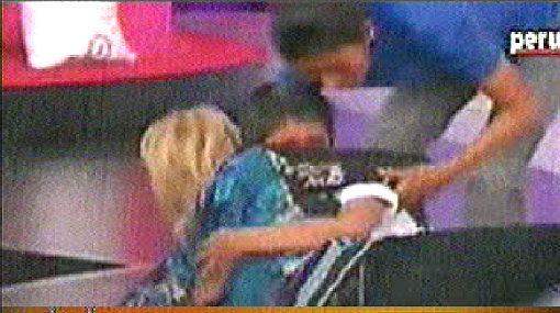 Vea la caída de Laura Bozzo en el estreno de su programa