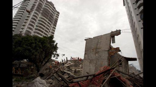 Desplome de edificio en construcción dejó atrapados a 5 obreros en Brasil
