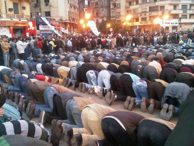 Esperanza en El Cairo: cristianos protegieron a musulmanes mientras estos rezaban