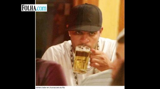 La Roma podría despedir a Adriano por tomar un vaso de cerveza