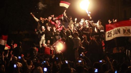 Egipcios celebraron hasta el amanecer la renuncia de Mubarak