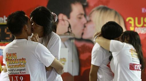 Tailandeses tratan de batir el récord del beso más prolongado del mundo