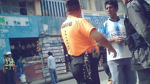 Ciudadanos denuncian maltratos en tiendas y supermercados