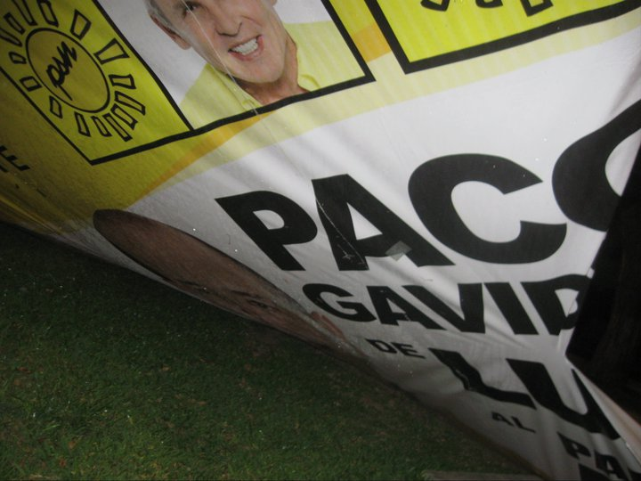 Carteles electorales bloquean una ciclovía y causan un accidente