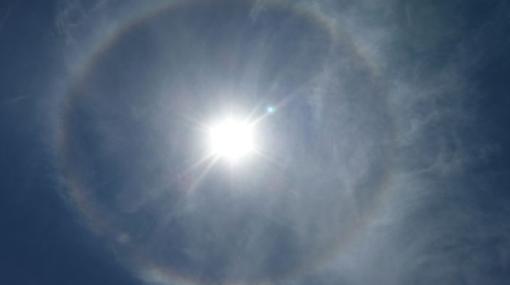 FOTOS: el Sol presentó hoy un hermoso halo de colores a su alrededor