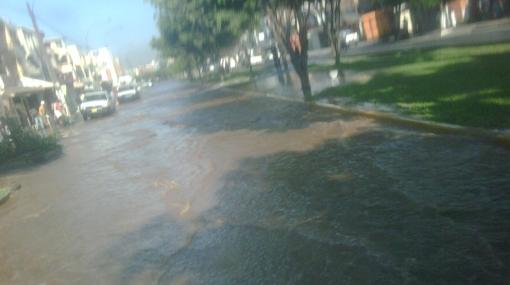 Un canal de riego se obstruyó e inundó una avenida en La Molina