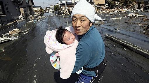 Rescatan a bebe bajo escombros a cuatro días de terremoto en Japón