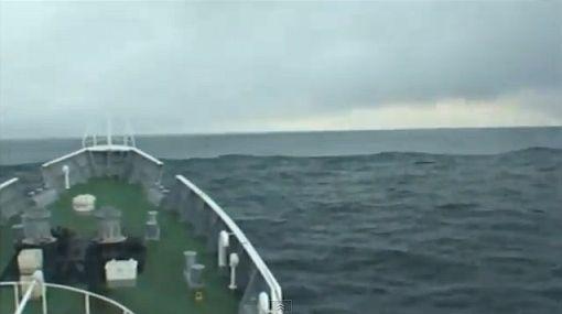 Nuevo video muestra cómo un barco 'surfeó' el tsunami de Japón
