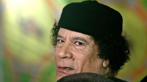 Muamar Gadafi se inyectó grasa en la cara y se implantó cabello