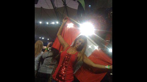 Viviana Rivas Plata llevó la bandera peruana a show de U2 en Argentina