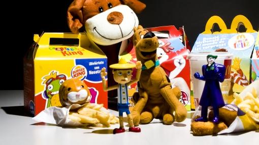 Nueva York considera prohibir que se regalen juguetes con la comida chatarra