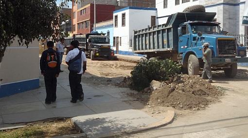 Obras de asfaltado interrumpen tránsito y clases en Magadalena del Mar