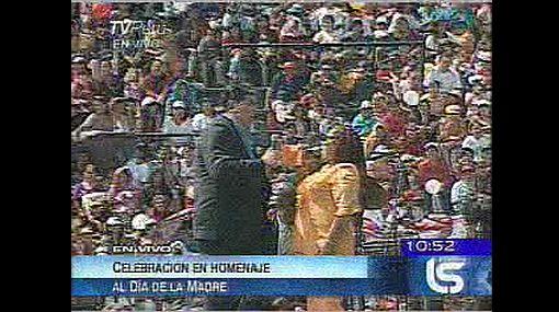 Presidente cantó a dúo con Bartola en homenaje por el Día de la Madre
