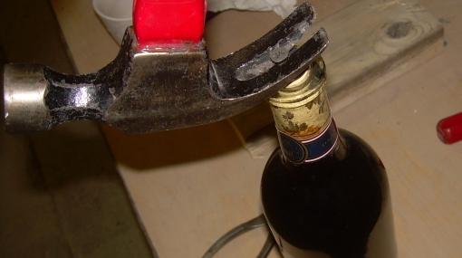 ¿Cómo destapar una botella de vino sin un sacacorchos?