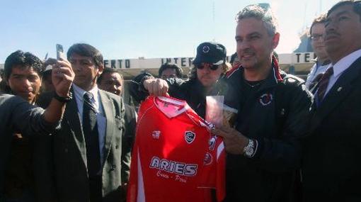 Baggio llegó al Cusco, posó con la camiseta de Cienciano y elogió al club