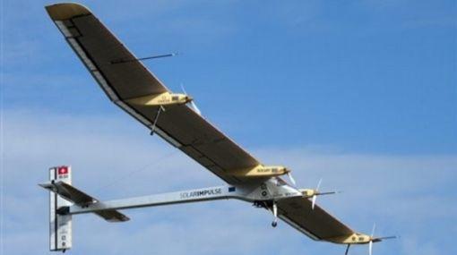 Avión solar realiza su primer vuelo internacional