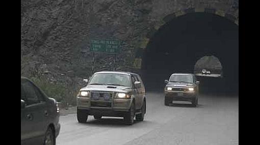 Vehículos deberán llevar las luces prendidas hasta de día en carreteras