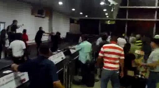 VIDEO: personal de aerolínea y pasajeros armaron bronca en aeropuerto