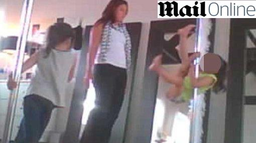 Polémico: niñas inglesas reciben clases de 'pole dance'
