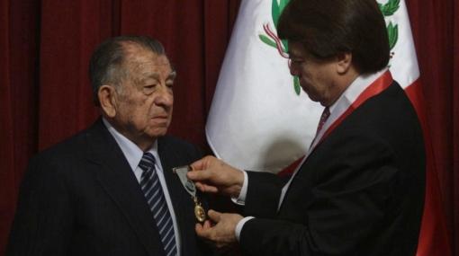 """Autor del libro """"Coquito"""" fue galardonado por el Congreso"""