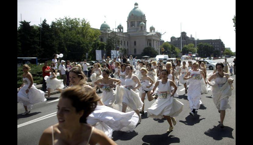 FOTOS: una pintoresca carrera de novias se llevó a cabo en Serbia