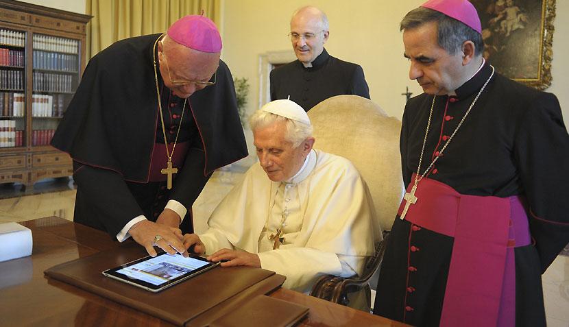 FOTO: El Papa Benedicto XVI usó un iPad para tuitear por primera vez