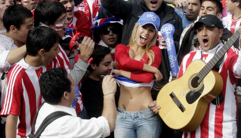 FOTOS: las sucesoras de Larissa Riquelme calentaron el Brasil-Paraguay en las tribunas