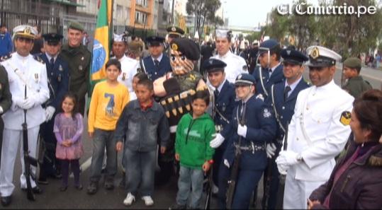 Orgullo: público se fotografió con soldados en el desfile militar