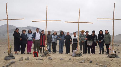 Deudos del Santa colocaron cruces en zona de fosas exhumadas